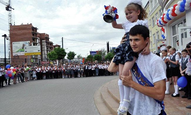 В школе имени Гейдара Алиева в Астрахани прозвенел последний звонок
