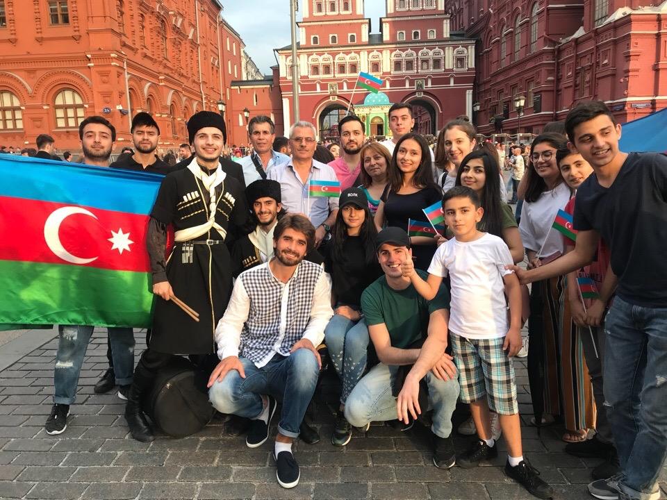 Азербайджанцы устроили флешмоб на Красной площади в Москве в поддержку ЧМ-2018 (ФОТОЛЕНТА, ВИДЕО)
