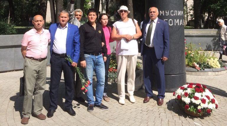 У памятника Муслиму Магомаеву в Москве снова цветы, песни и верные поклонники (ФОТОЛЕНТА, ВИДЕО)